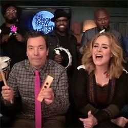 Adele chante <i>Hello</i> avec des jouets musicaux 5