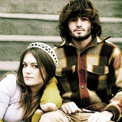 Angus & Julia Stone assis tranquillement