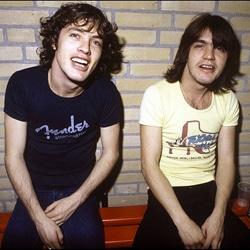 Les frères Angus et Malcolm Young sortent leurs premiers enregistrements