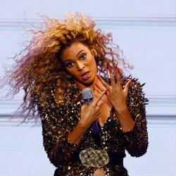 2 fans volent la vedette à Beyoncé sur scène 5