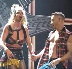 Problème de soutien-gorge pour Britney Spear en plein show 11
