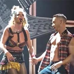 Problème de soutien-gorge pour Britney Spear en plein show 6