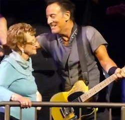 Bruce Springsteen invite sa mère de 90 ans à danser 11