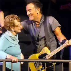Bruce Springsteen invite sa mère de 90 ans à danser 5