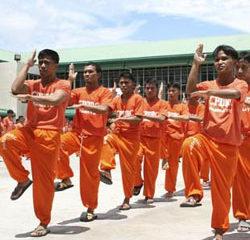 Queen dansé par des prisonniers philippins 13