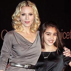 Madonna présente Lourdes aux fans 5