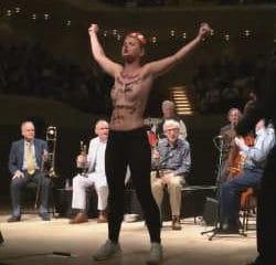 Les Femen interrompent un concert de Woody Allen 7