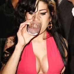 Amy Winehouse s'offre une paire de seins 5
