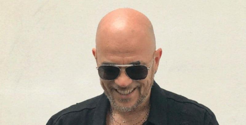 """Pascal Obispo annonce la sortie de son nouvel album avec le single """"Chante la rue chante"""""""