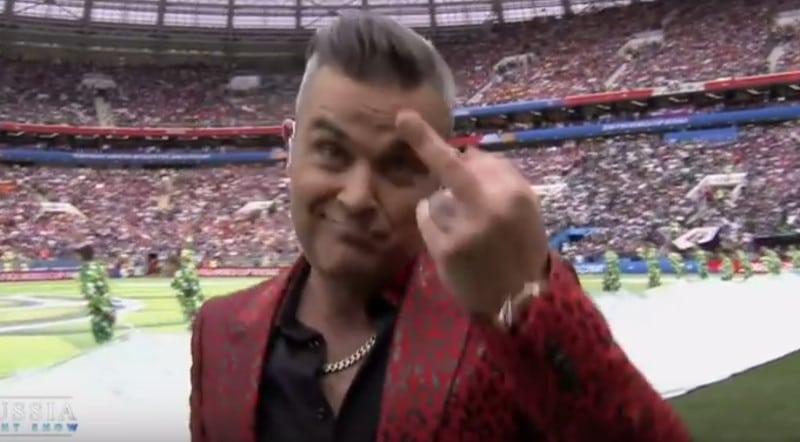 Robbie Williams s'explique sur son doigt d'honneur lors de show d'ouverture de la Coupe du Monde