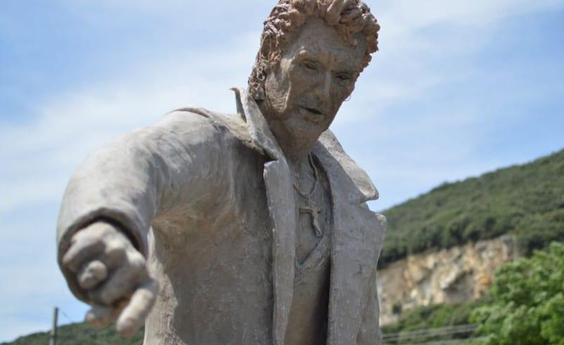Découvrez la statue totalement ratée de Johnny Hallyday