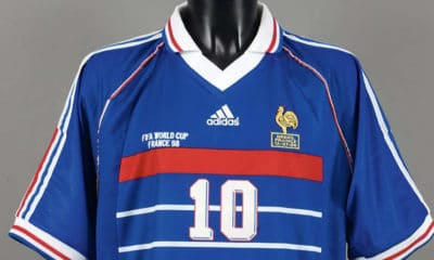 Avis aux fans de foot, le mythique maillot porté par Zidane lors de la finale du mondial 98 est en vente