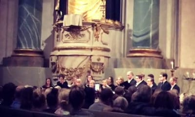 Une chorale reprend les tubes d'Avicii lors d'une cérémonie hommage au jeune Dj décédé.