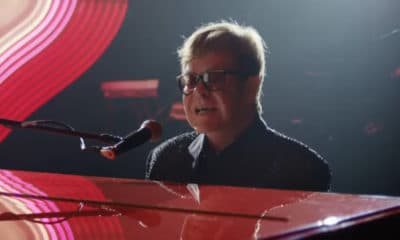 Elton John revient dans une publicité bouleversante pour une grande chaîne de magasins sur ce cadeau de noël qui a changé sa vie à jamais