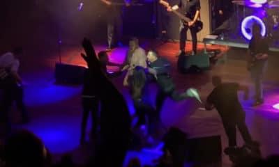 En plein concert, le chanteur Morrissey a été évacué de scène suite à un dangereux mouvement de foule