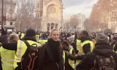 Ce samedi, l'actrice Uma Thurman a posté une photo d'elle à Paris, au beau milieu des Gilets jaunes