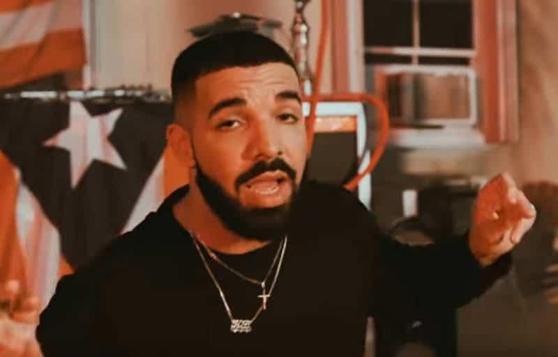 Drake embrasse et caresse et une mineure de 17 ans sur scène