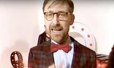 The Divine Comedy dévoile le clip de « Queuejumper »