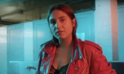 Izïa dévoile le clip de « Trop Vite »