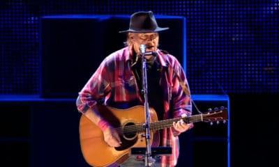 Neil Young demande la nationalité américaine pour pouvoir voter en 2020