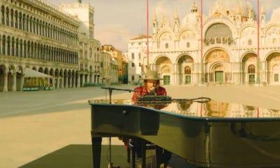 Zucchero seul à Venise, au milieu de la place Saint-Marc déserte