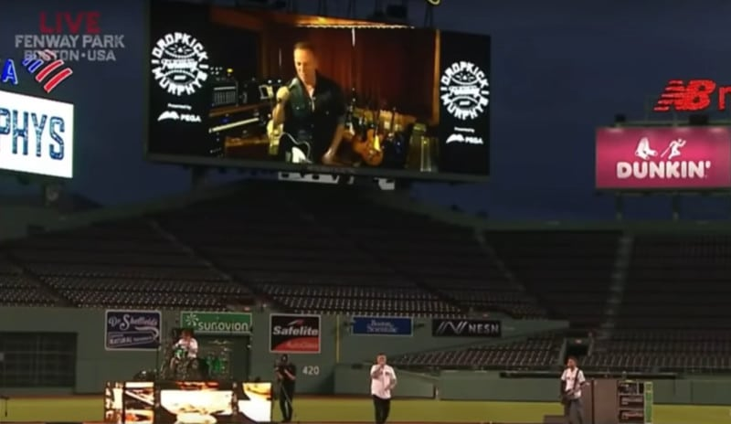 Bruce Springsteen en concert avec les Dropkick Murphys dans un stade vide