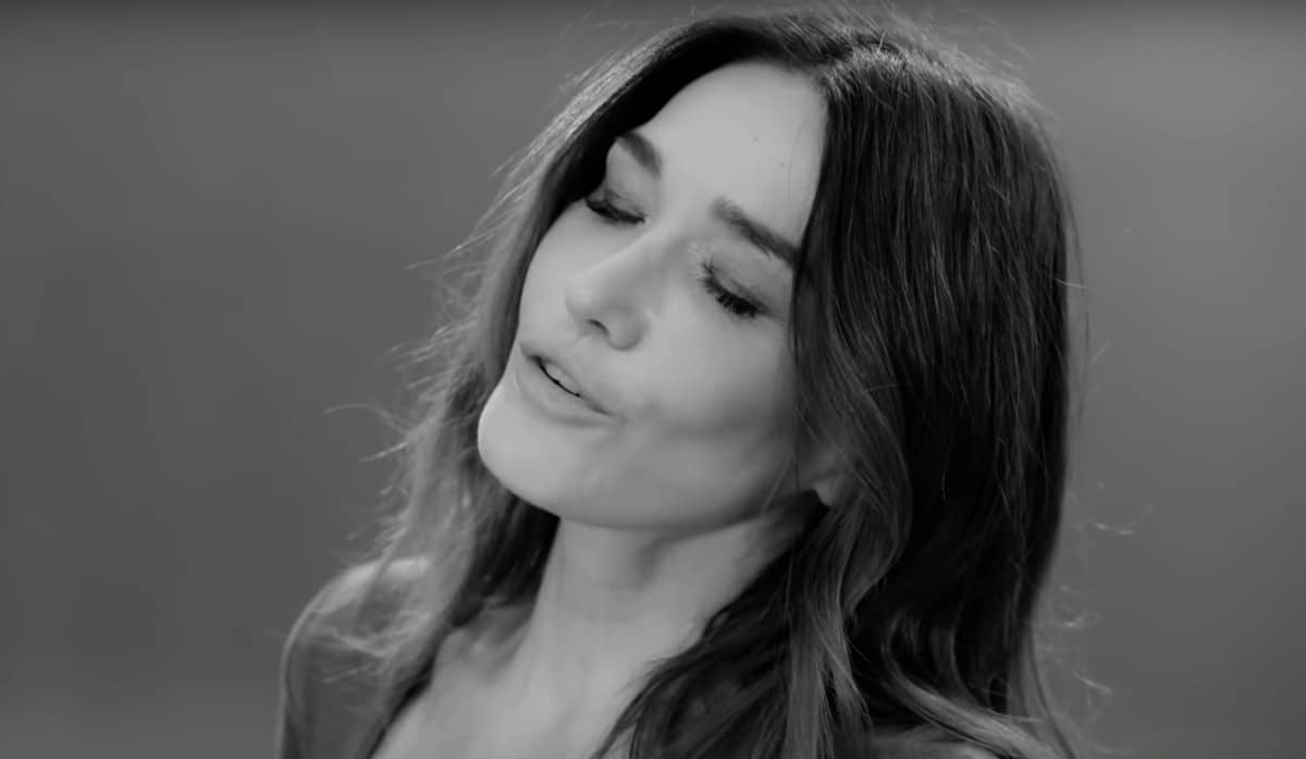 Carla Bruni sort le clip du single Un Grand Amour